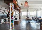 Biel, drewno, kolory i styl industrialny. Multifunkcjonalna architektura wnętrz w Tel Awiwie