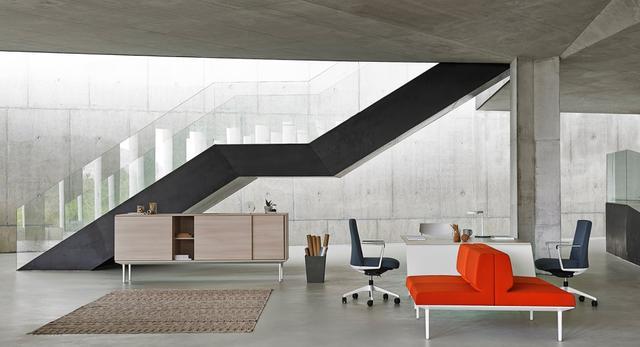 Beton architektoniczny na ścianach i suficie. Nowy showroom Actiu w Warszawie