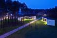 Bliźniacze bryły pawilonów ekspozycyjnych projektu Nizio Design International