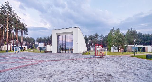 Brama prowadząca na teren kompleksu i niektóre z urządzeń Parku Rekreacyjnego Zoom Natury