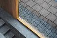 Projekt H71a autorstwa Studio Granda – detal połączenia płyt chodnikowych przed wejściem do plomby