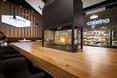 Serce kawiarni - solidny drewniany stół z biokominkiem
