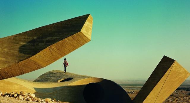 Bryły wśród pustynnych piasków; pomnik zaprojektowany przez Daniego Karavana