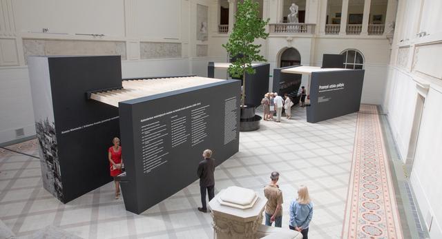 Bryły mebli ekspozycyjnych w holu. Przemysł - sztuka - polityka. Wystawa w Muzeum Narodowym w Poznaniu, sierpień 2015