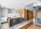 Mieszkanie w szarościach i drewnie od mode:lina Architekci