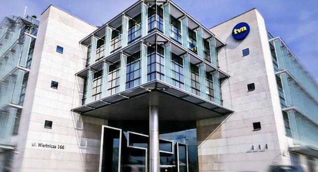 Strefa wejściowa budynku TVN. Bryła nad wejściem głównym wsparta na stalowej kolumnie