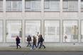 Parter nowego budynku uczelnianego w Antwerpii, za nim otwarte pomieszcznie