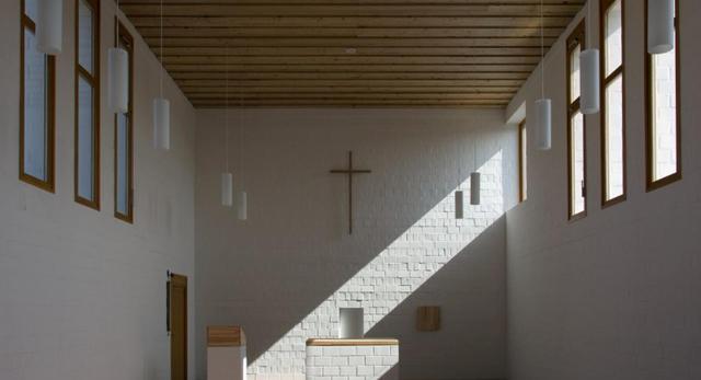 Architektura wnętrz minimalistycznego kościoła na Węgrzech