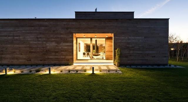 Pokryta cedrowymi deskami elewacja domu. Współczesna architektura z drewnem w roli głównej