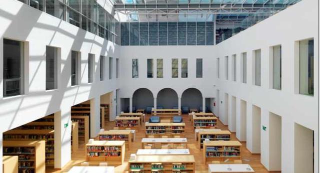 Architektura wnętrz biblioteki publicznej przy ul. Koszykowej w Warszawie