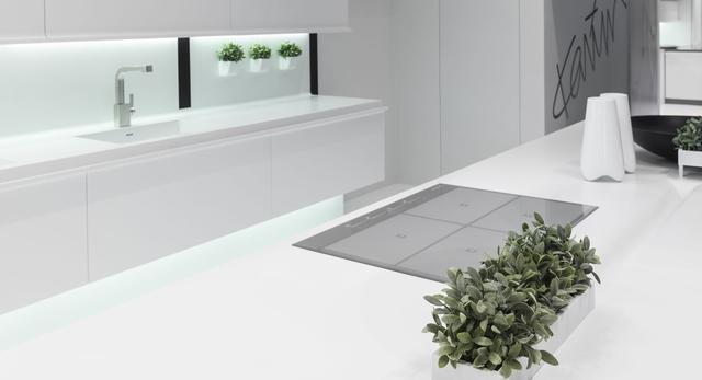 Dwa bieguny – czerń i biel w kuchni