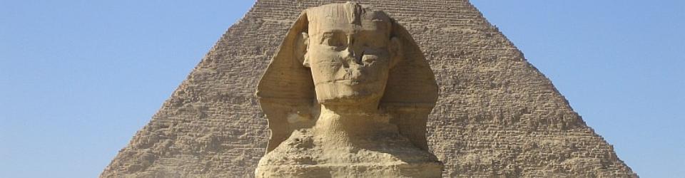 Wielki Sfinks z Gizy, z piramidą Chefrena na drugim planie