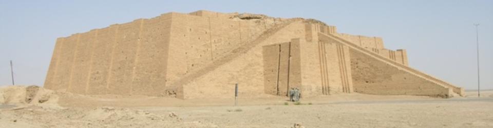 Widok na częściowo zrekonstruowany ziggurat w Ur (dziś Al-Muqaiyar w Iraku)