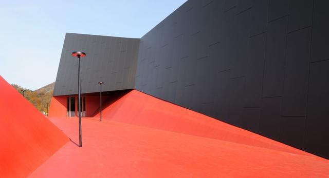 Hollywood w Słowenii - wejście do hali sportowej w Podčetrtek inspirowane czerwonym dywanem - projekt biura Enota