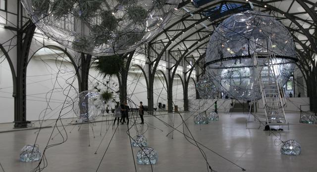 instalacja miasta przyszłości zbudowanego z chmur