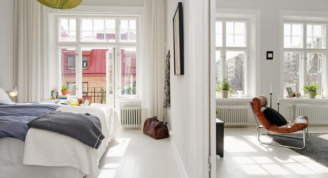 Białe skandynawskie mieszkanie