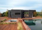 Letni dom z basenem. Hiszpański pomysł na dom, ogród i basen [ZDJĘCIA]