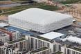 Basketball Arena została otoczone parkową zielenią z jednej strony, natomiast z drugiej widoczne są budynki wioski olimpijskiej