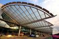 Lotnisko w Singapurze. Wejście do lotniska. Dachy przypominają skrzydła samolotów
