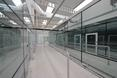 Terminal został wykonany zarówno wewnątrz, jak i z zewnątrz w jasnych barwach, dzięki temu jest lekki i przyjemny