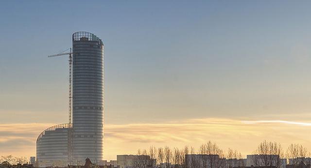 Wieżowiec Sky Tower we Wrocławiu. Przypomina wysoką tubę ustawioną pośród zabudowań miasta