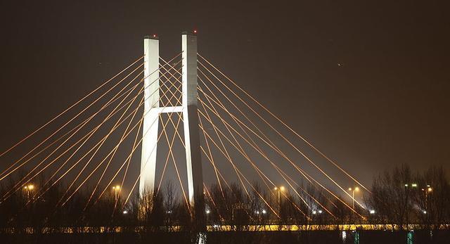 Most Siekierkowski w Warszawie posiada dwa pylony w kształcie litery H oraz jaskrawe, pomarańczowe liny