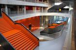 Szkoła w Larvik. Przestronne korytarze, pomarańczowe schody i ściany oraz szklane ściany, wszystko po to aby uczniowie poczuli się wspólnotą