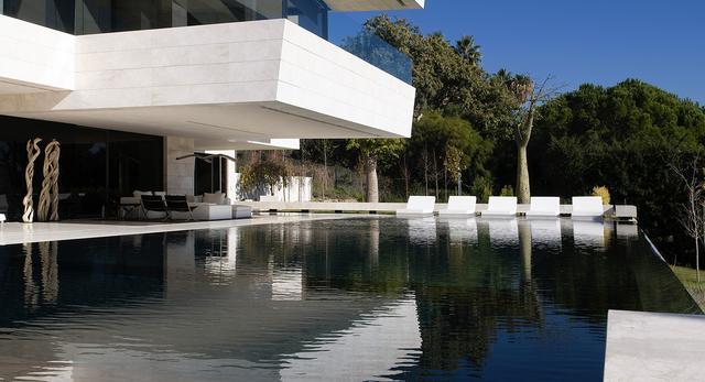 Dom Nad Morzem śródziemnym Nowoczesne Wnętrze W Hiszpańskiej