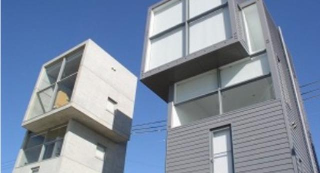 Domy są swoim lustrzanym odbiciem,ale jeden z nich został wykończony drewnem, drugi w całości wykonany został z betonu