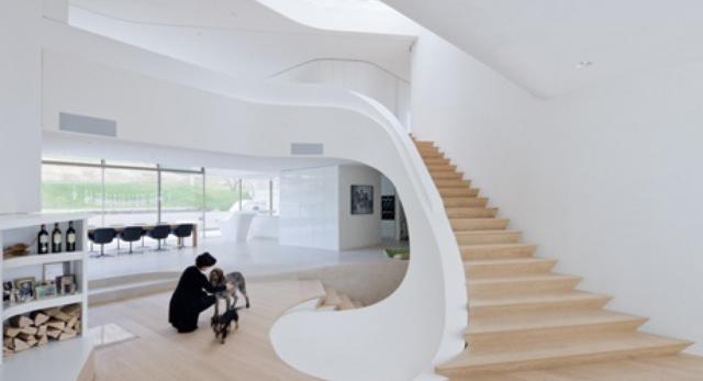 Schody zaprojektowano w kształcie spirali. Umożliwia to obserwację drogi słońca