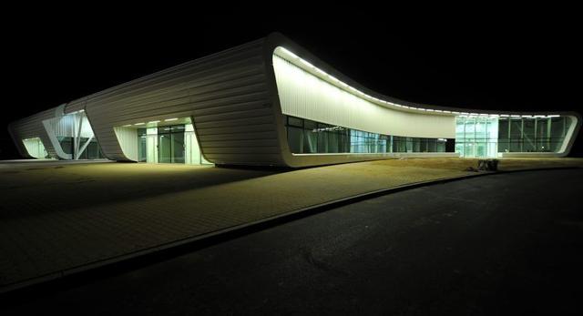 W nocnym świetle bryła terminalu prezentuje się bardzo ciekawie