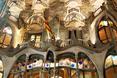 Nocą Casa Batlló wygląda jeszcze bardziej mrocznie