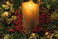 Świerkowe gałązki doskonale komponują się ze świeczkami, które nadają świątecznego nastroju