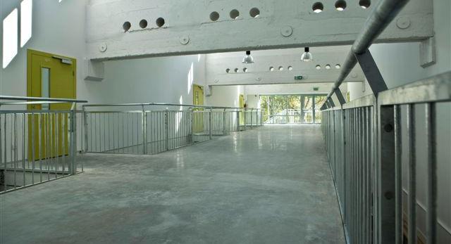Architektura wnętrz szkoły jak wielki loft. Zobacz nowoczesne wnętrze uczelni we Wrocławiu