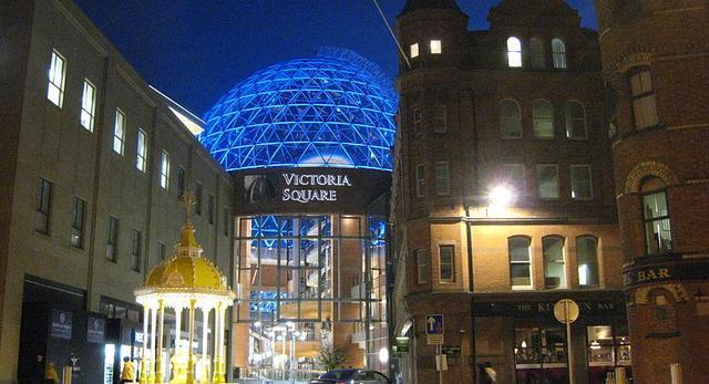Galeria Handlowa Victoria Suare w Belfaście tworzy wkomponowaną w  miast przestrzeń puliczną