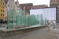 Szklane tafle opływające wodą to nowoczesny element wrocławskiego rynku. Uważacie, że tu pasuje?