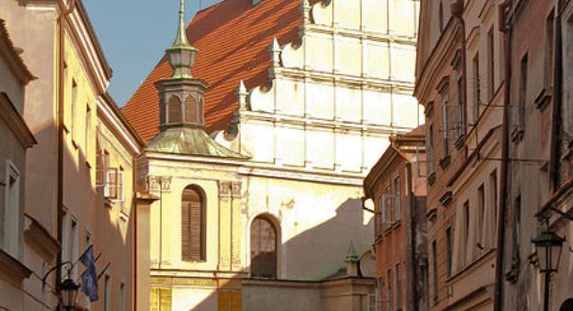 Wąskie uliczki Starego Miasta w Lublinie. Widok na Kościół Dominikanów