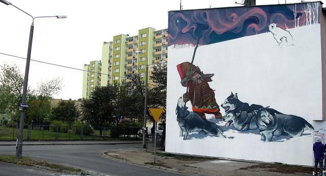 Architektura miasta oraz bryły ozdobione niecodziennym graffiti autorstwa Etam Cru. Zobacz sztukę miasta według młodych artystów! Piękne zdjęcia galeria zdjęć.