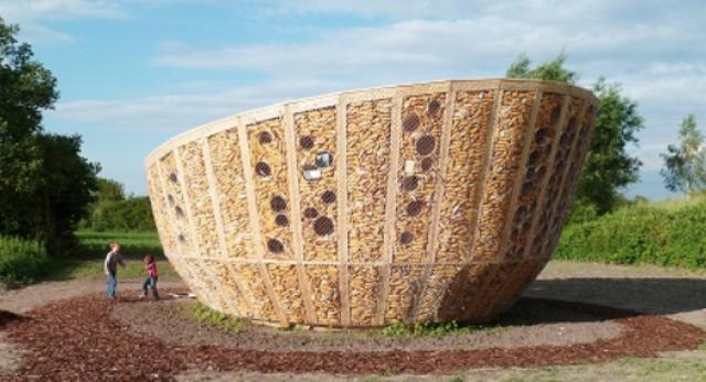 Wypełnienie fasady kukurydzą nawiązuje do suszarek kukurydzy