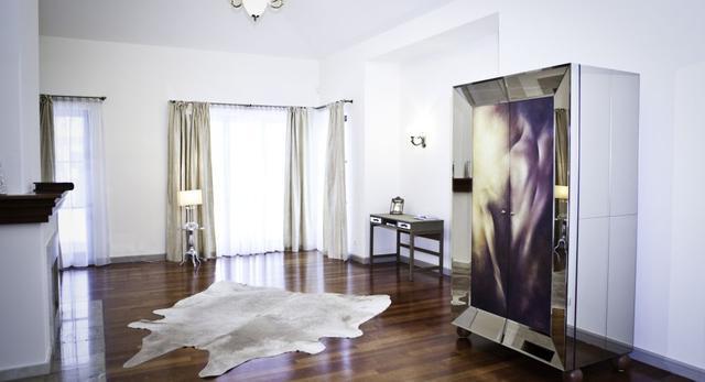 Architektura wnętrz według Omeny Mensah. Zgadnijcie ile kosztuje szafa zaprojektowana przez celebrytka
