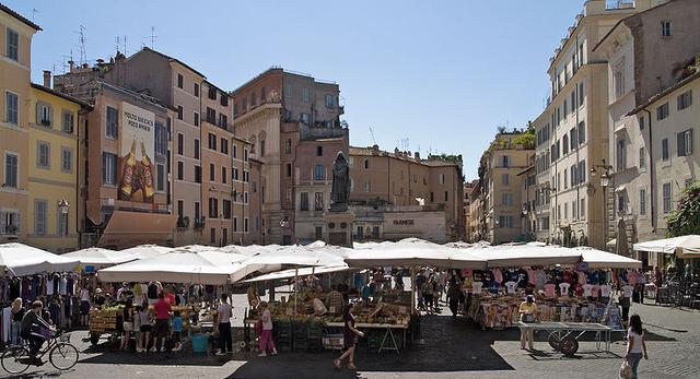 Plac Campi di' Fiori w Rzymie