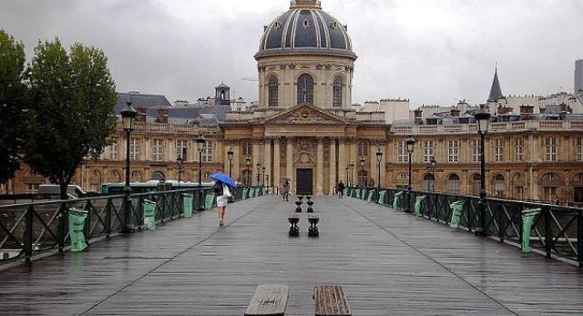 """""""Most Zakochanych"""" to jedyny drewniany most w Paryżu. Jest on przeznaczony tylko do ruchu pieszego"""