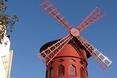 """Moulin Rouge oznacza """"Czerwony Młyn"""" - dosłowna nazwa zaczerpnięta z młyna znajdującego się na dachu obiektu"""