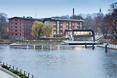 Marina w Bydgoszczy; bryły współczesnej i dawnej architektury
