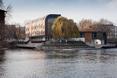 Bryła przystani w Bydgoszczy; drewniane elewacje przechodzą w powierzchnie pomostów