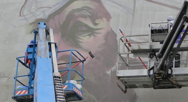 Mural Etam cru wzbogaci architekturę warszawskiego Muranowa.