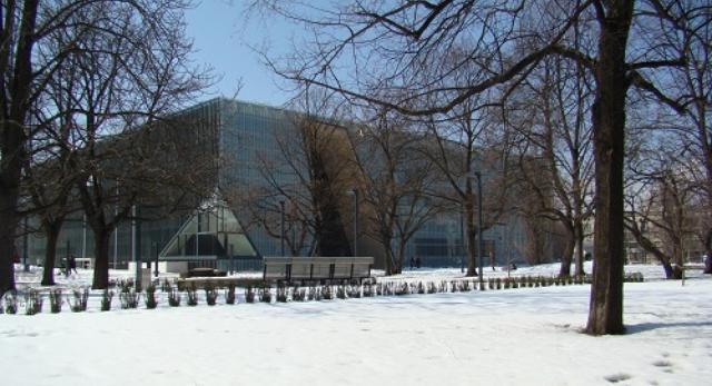 Bryła Muzeum Historii Żydów Polskich komponuje się z otoczeniem