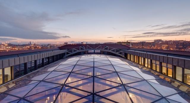 Panorama i widok na przeszklony dach nad dziedzińcem