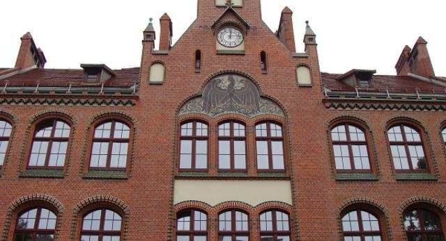 Fasada szkoły jest teraz reprezentacyjna, a ceglana elewacja wygląda świeżo i interesująco