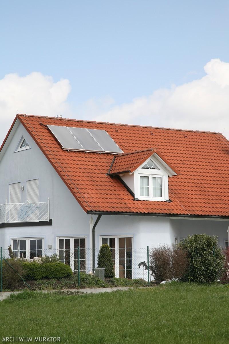Kolektor słoneczny na dachu domu jednorodzinnego